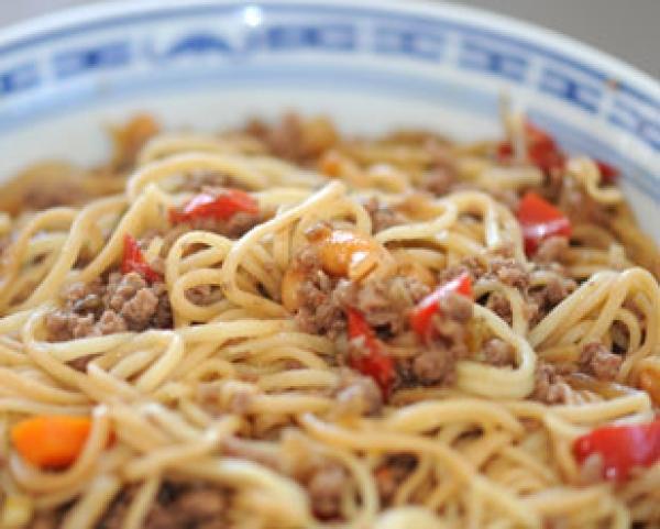 recette nouilles chinoises saut es au boeuf d couvrez cette recette de cuisine sur recette. Black Bedroom Furniture Sets. Home Design Ideas